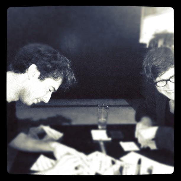 Mingus (l) en Justus vervaardigen kotszakjes.