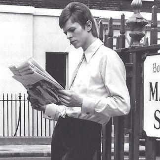 david bowie leest een krant